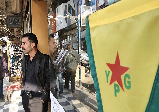 Bandiera dell'Unità di Protezione Popolare (Ypg) curda