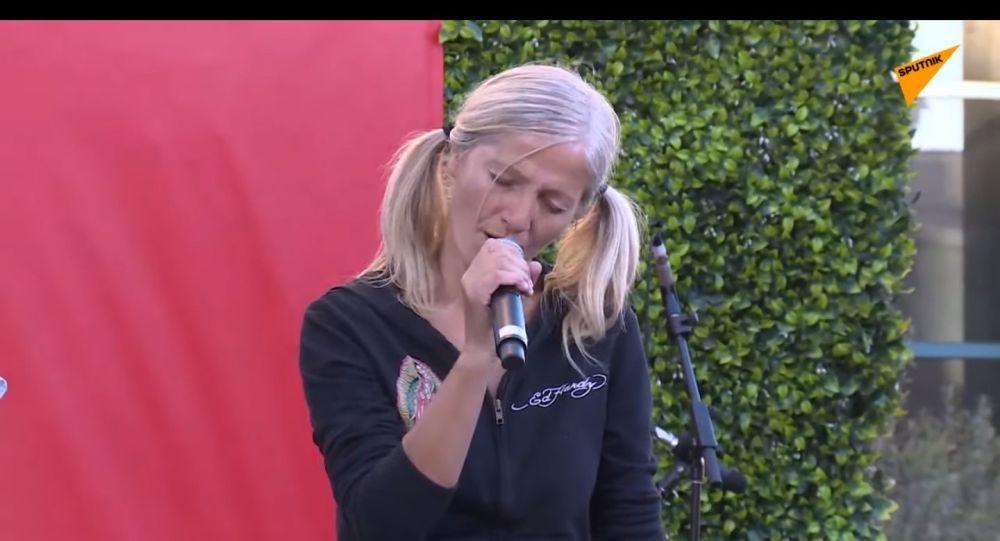 Emily Zamourka canta alla grande apertura della cerimonia della New Little Italy a Los Angeles