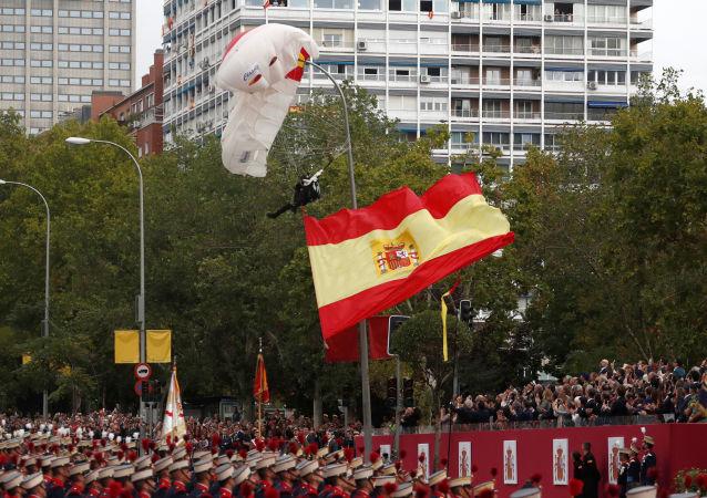 Paracadutista alla parata a Madrid