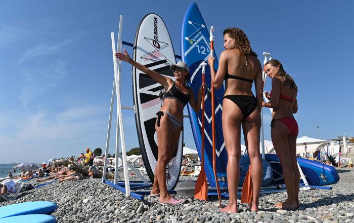 Turisti in una delle spiagge di Sochi, Russia.