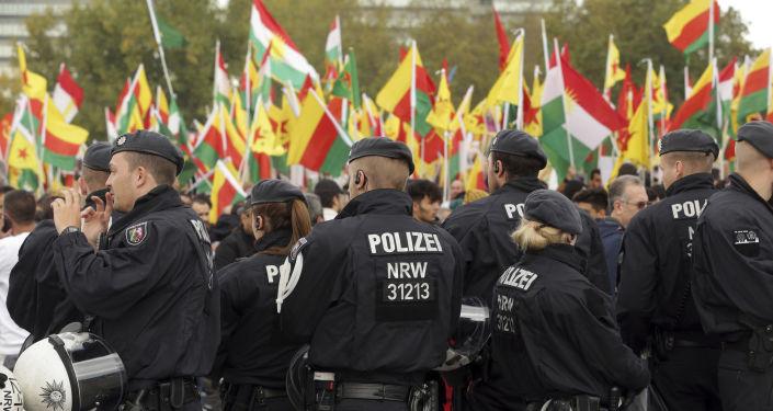 Polizia in piazza con manifestanti curdi