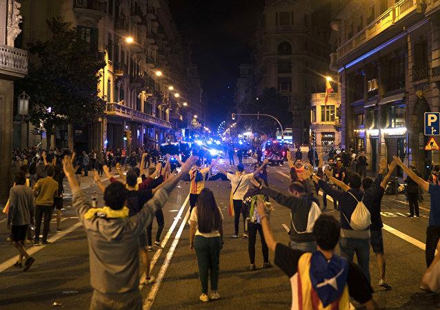 Manifestanti nelel strade di Barcellona