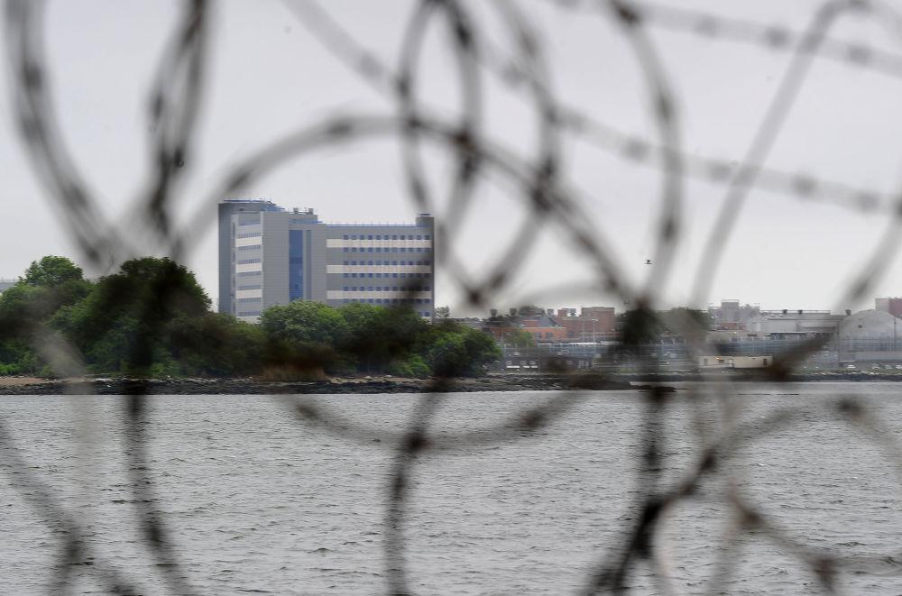 Vista della prigione di Rikers Island da un sobborgo di New York, USA