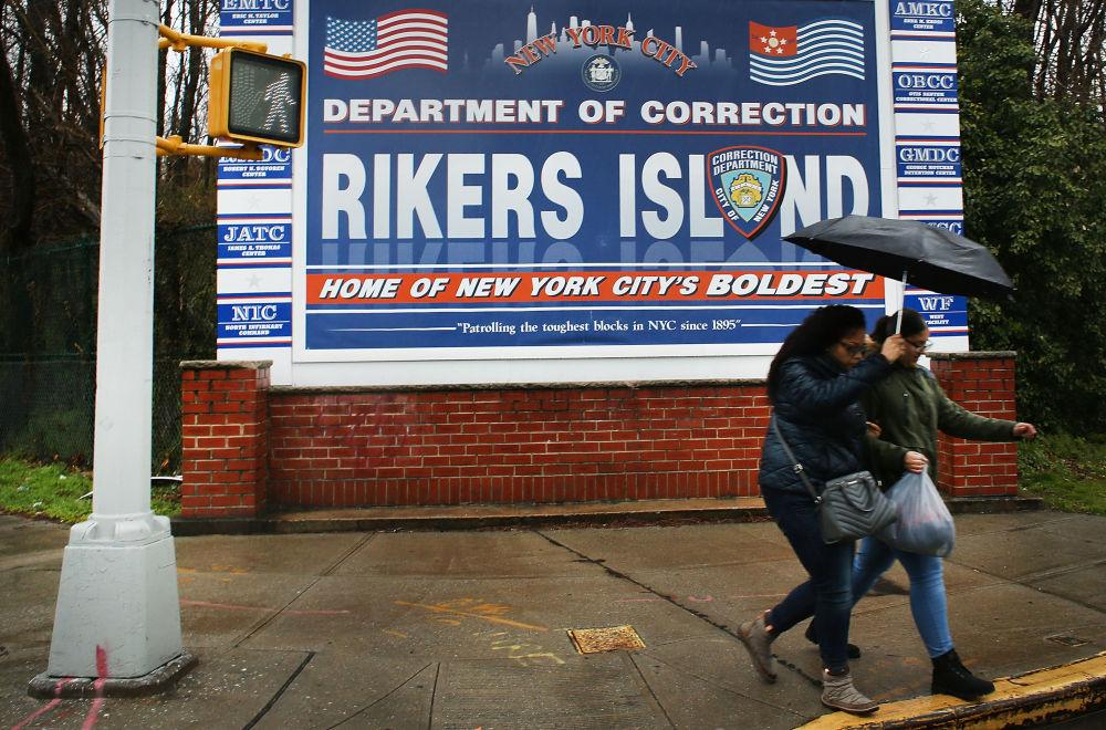 Un poster all'ingresso della prigione di Rikers Island, dove si trova la più grande colonia penale del mondo, New York, USA