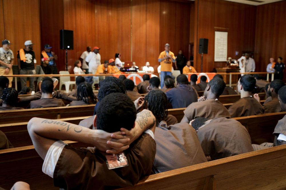 I detenuti della prigione più grande del mondo Rikers Island all'incontro con il co-fondatore di Def Jam Russell Simmons