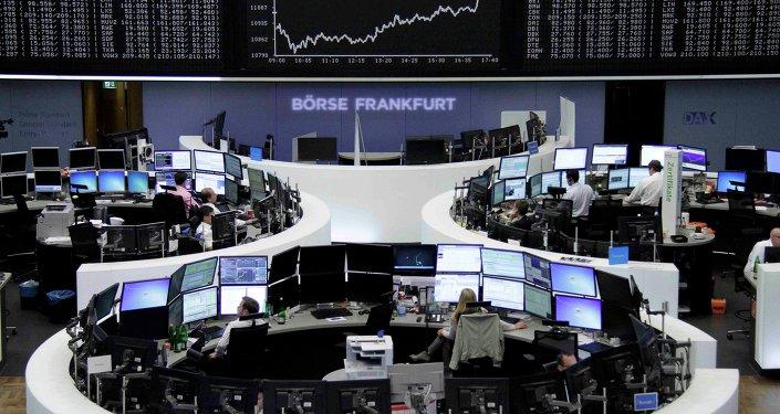 Borse europee preoccupate per l'ipotesi di contagio cinese, con Parigi sotto di due punti percentuale, così come Berlino