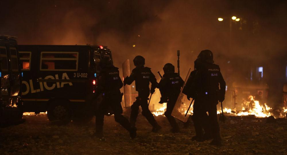 Polizia spagnola prende posizione a Barcellona durante le proteste