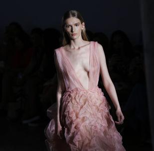 Una modella mostra un vestito di Fabiana Milazzo alla San Paulo Fashion Week a San Paolo, in Brasile.