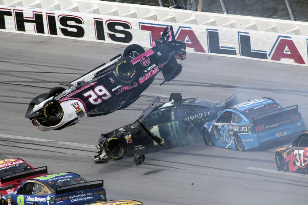 L'automobile del pilota Brendan Gaughan vola sopra le macchine di Kurt Bush e David Ragan durante la NASCAR Cup Series a Talladega, negli Stati Uniti.