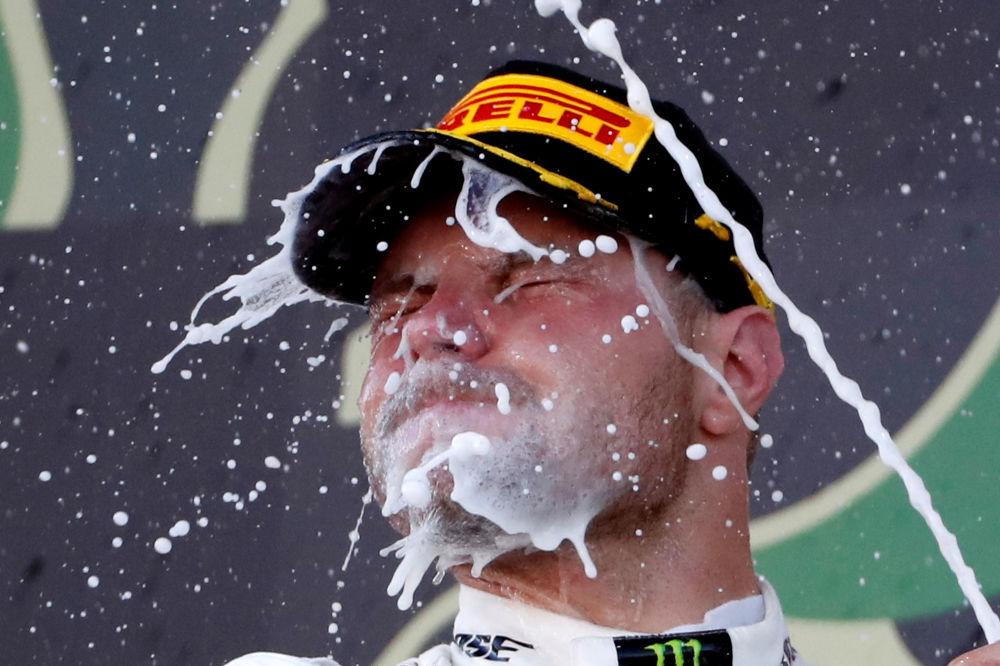 Pilota della squadra Mercedes Valtteri Bottas festeggia la vittoria nel Gran Premio del Giappone a Suzuka, diciassettesima tappa del mondiale di F1.