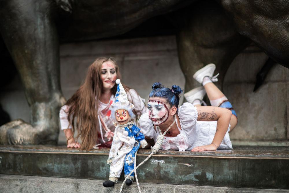 Ragazze vestite da zombie partecipano allo Zombie Walk a Parigi.