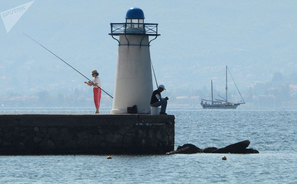 Pescatori in un molo sull'isola di Eubea nel Mar Egeo, in Grecia.