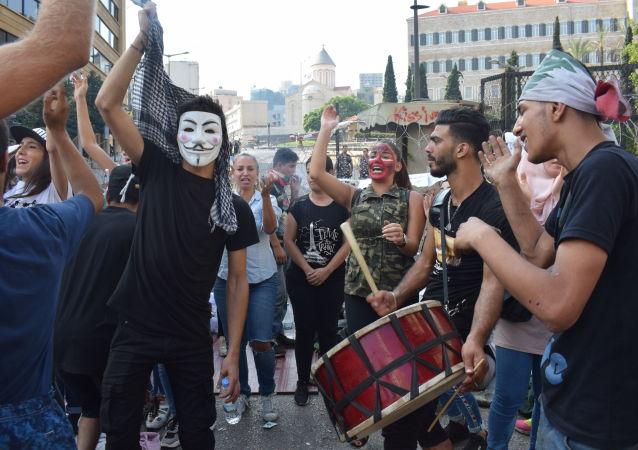 Manifestanti a Beirut vicino al palazzo del Governo