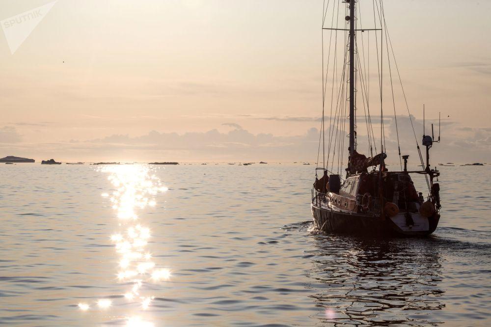 Lo yacht 'Pietro il Grande' veleggia tra le acque dell'isola della Groenlandia durante la spedizione della società russa Rusark