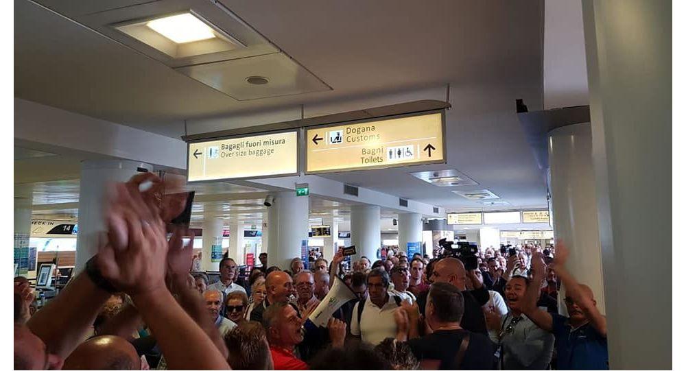 Operai Whirlpool in protesta all'aeroporto di Napoli