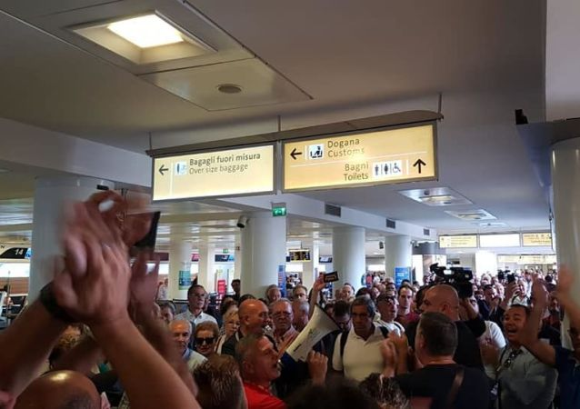 Operai Whirlpool in protesta all'aeroporto di Napoli