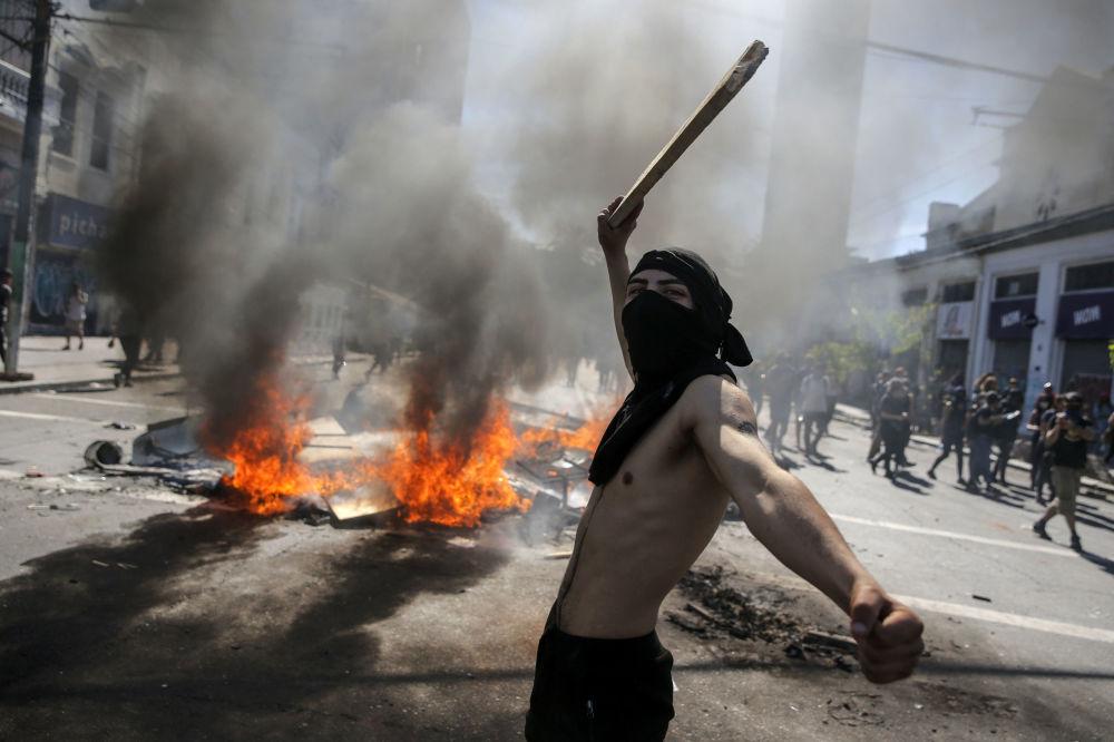 I manifestanti si scontrano con la polizia durante le proteste in Piazza Italia a Santiago il 21 ottobre 2019, Cile