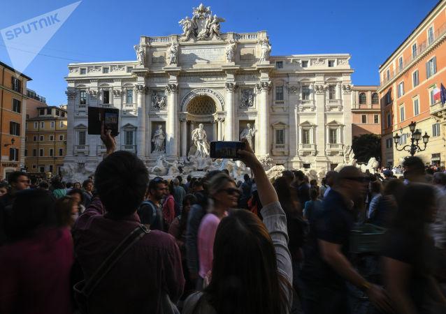 Turisti vicino alla Fontana di Trevi a Roma
