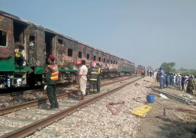 Treno in Pakistan, incendio a bordo fa almeno 70 morti