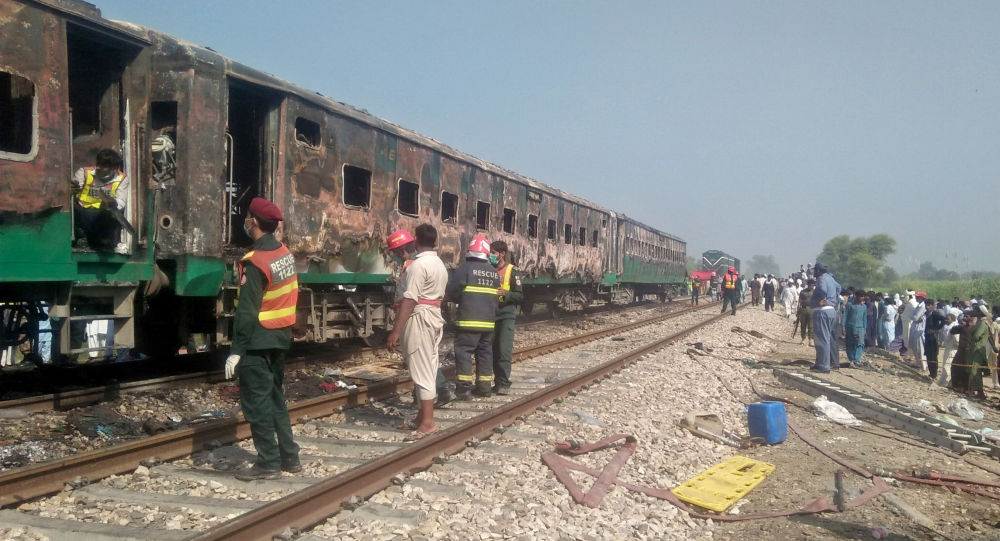Treno in Pakistan, incendio a bordo fa almeno 70 morti