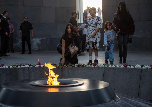 Kim Kardashian al Complesso Commemorativo del genocidio armeno Tsitsernakaberd, Yerevan