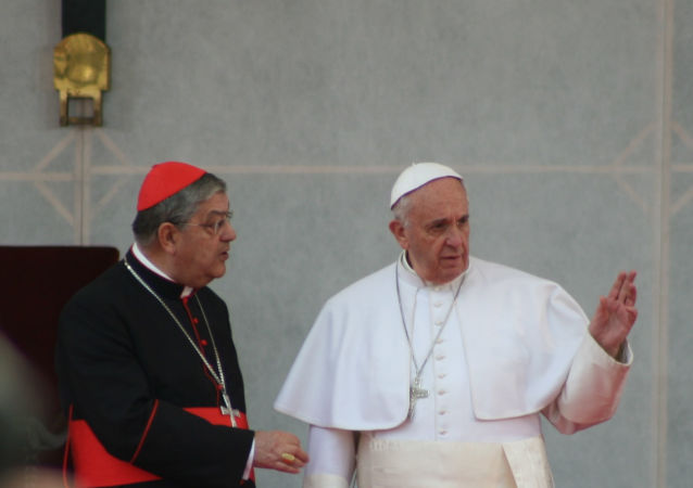 Il cardinale Sepe con papa Francesco durante la sua visita pastorale a Napoli (foto d'archivio)