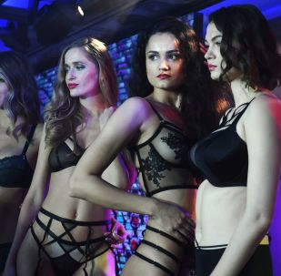 Le modelle ad una sfilata durante la Lingerie Fashion Week a Mosca