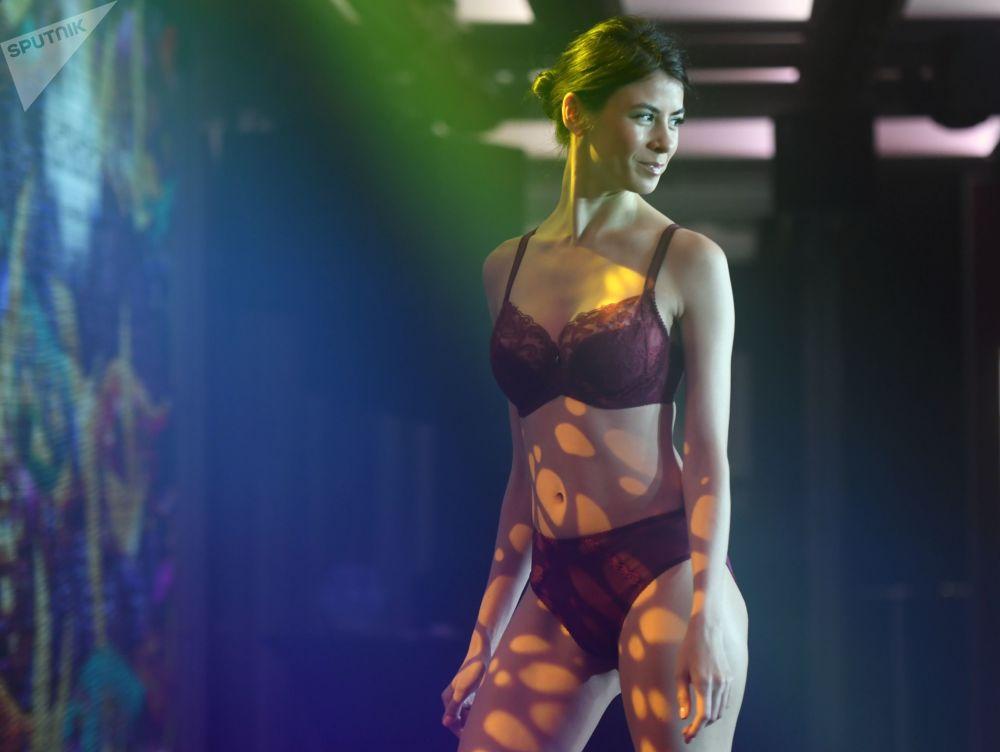 Una modella alla sfilata Senselle by Felina durante la Lingerie Fashion Week a Mosca