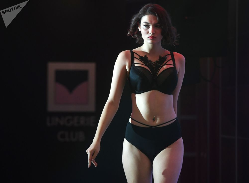 Una modella ad una sfilata durante la Lingerie Fashion Week a Mosca