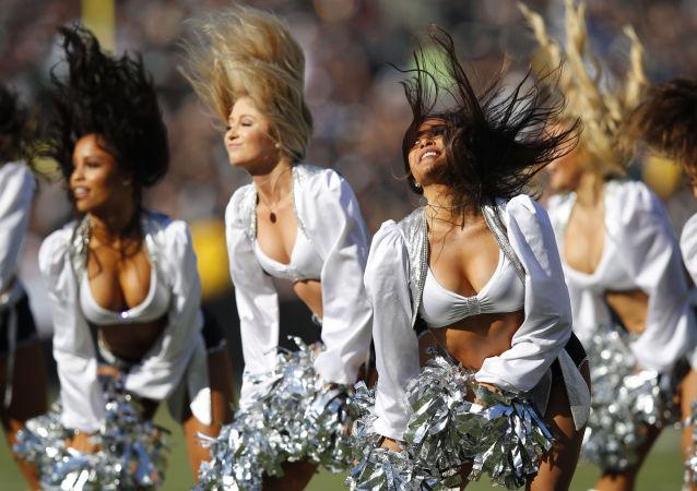 Le cheerleader di Oakland Raiders si esibiscono durante una partita di football della NFL tra Raiders e Detroit Lions