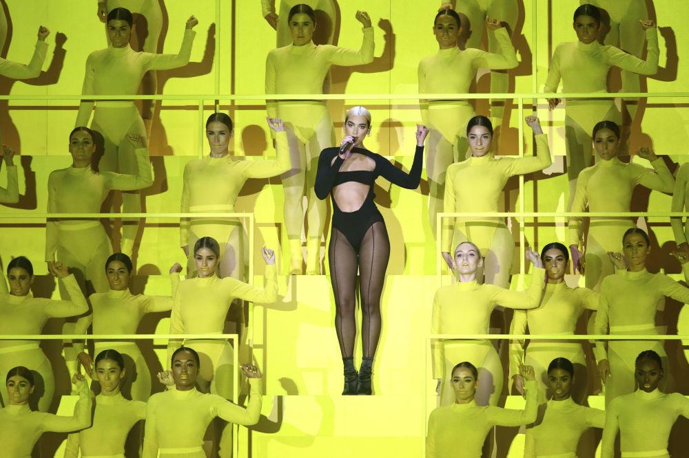 La cantante Dua Lipa agli European MTV Awards nella città spagnola di Siviglia