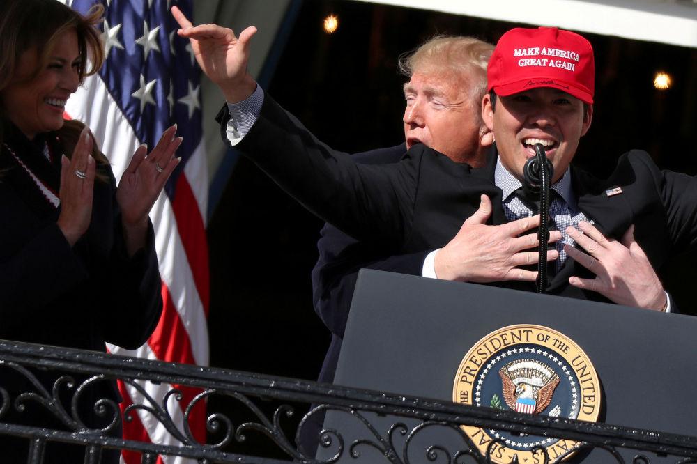 Il presidente degli Stati Uniti Donald Trump abbraccia il catcher Kurt Suzuki mentre accoglie i campioni delle World Series 2019 alla Casa Bianca