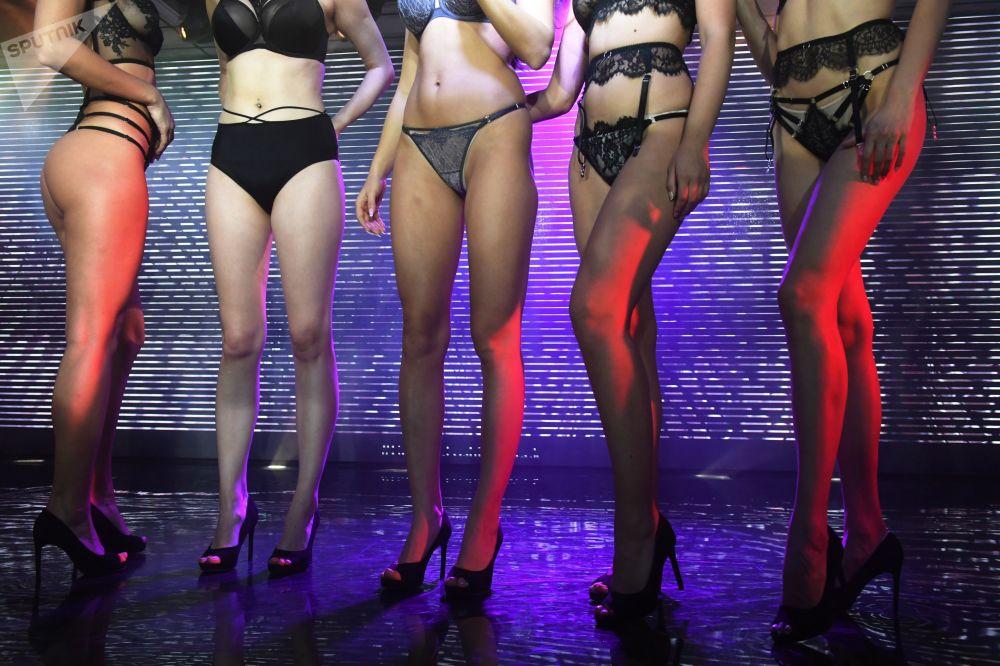 Le modelle ad una sfilata durante la Lingerie Fashion Week, Mosca (Russia)