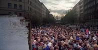 Berlinesi orientali desiderosi di visitare Berlino Ovest davanti al muro di Berlino