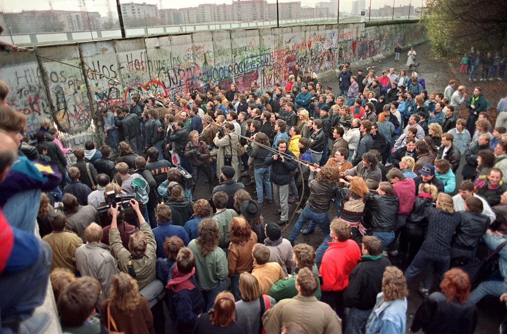 I berlinesi occidentali si affollano davanti al muro l'11 novembre 1989