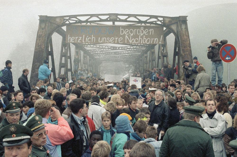 Persone sul ponte su Stubenrauchstrasse nel novembre 1989, dove si aprì un altro valico di confine tra Berlino Est e Ovest