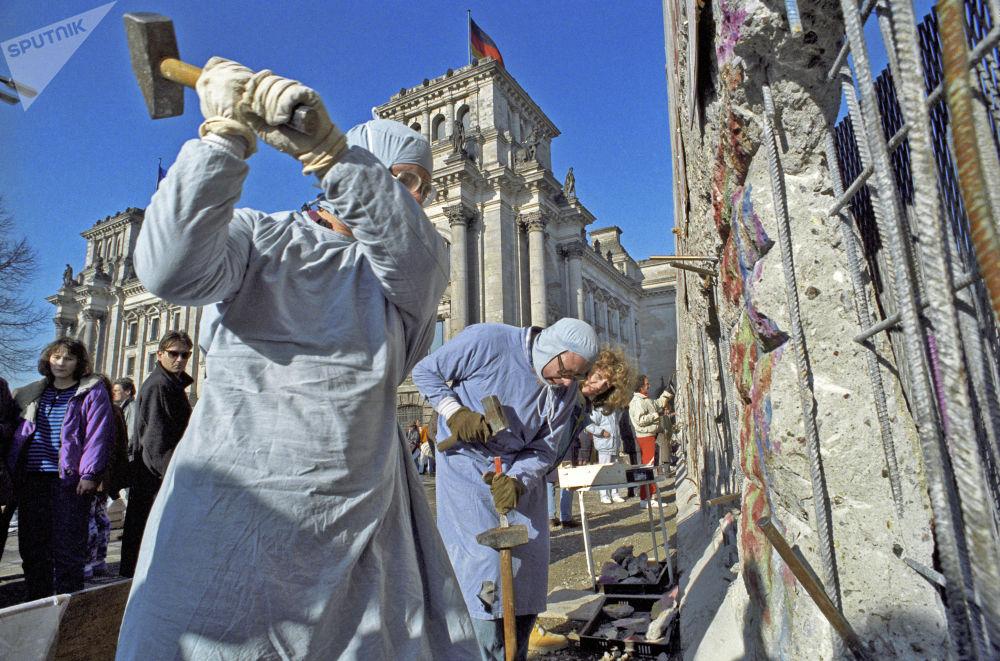 I residenti della RDT smantellano il muro di Berlino per ottenre dei souvenir