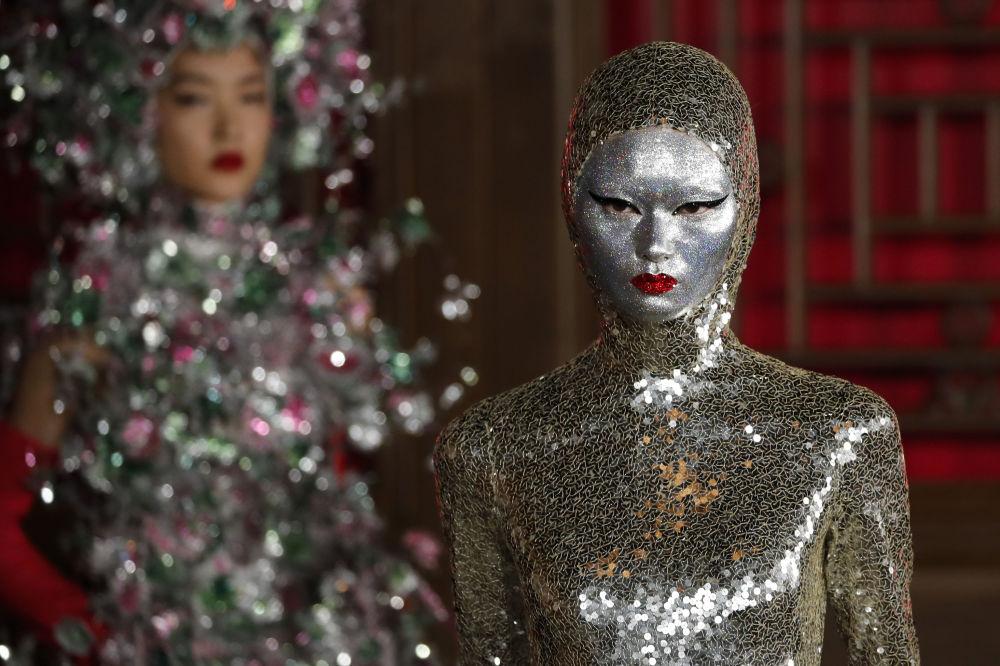 Per esempio, ci sono volute 32 mila paillettes per un vestito d'argento