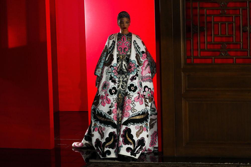 Una modella presenta una creazione della collezione di Valentino Haute Couture dello stilista Pierpaolo Piccioli durante una sfilata presso il Palazzo d'estate di Pechino, il 7 novembre 2019