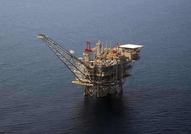 Una piattaforma nelle acque del Mediterraneo