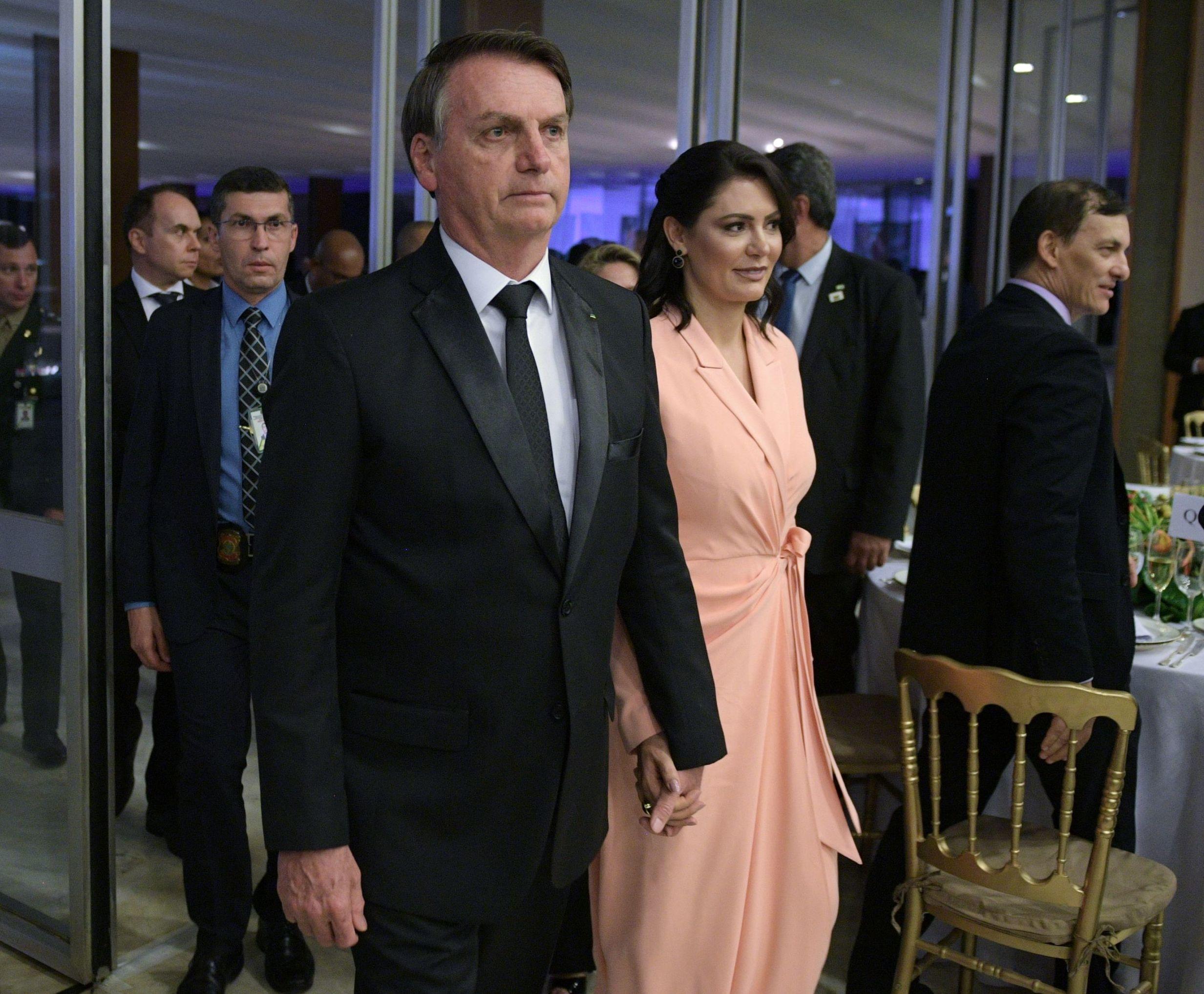 Il presidente del Brasile Jair Bolsonaro con la coniuge Michelle