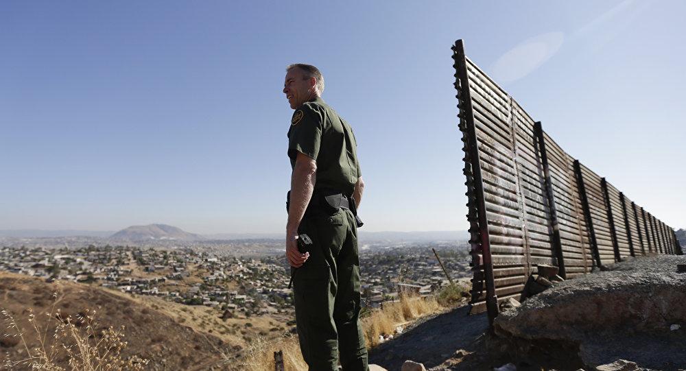 Una guardia di frontiera statunitense