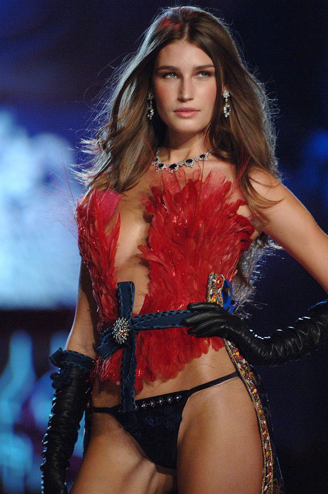 La modella Eugenia Volodina durante una sfilata di Victoria's Secret Fashion Show, il 9 novembre 2005, New York City
