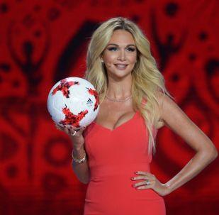 La modella e conduttrice televisiva russa Viktoria Lopyreva alla cerimonia ufficiale del sorteggio per la FIFA Confederations Cup 2017