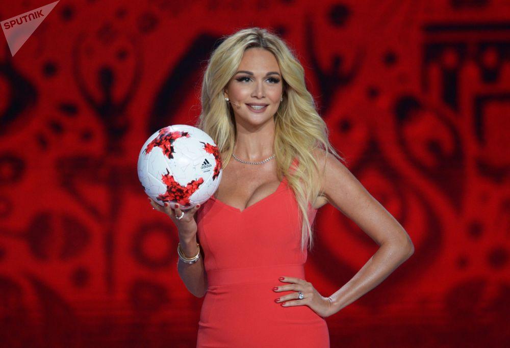 La modella e conduttrice televisiva russa Viktoria Lopyreva alla cerimonia ufficiale di sorteggio per la FIFA Confederations Cup 2017