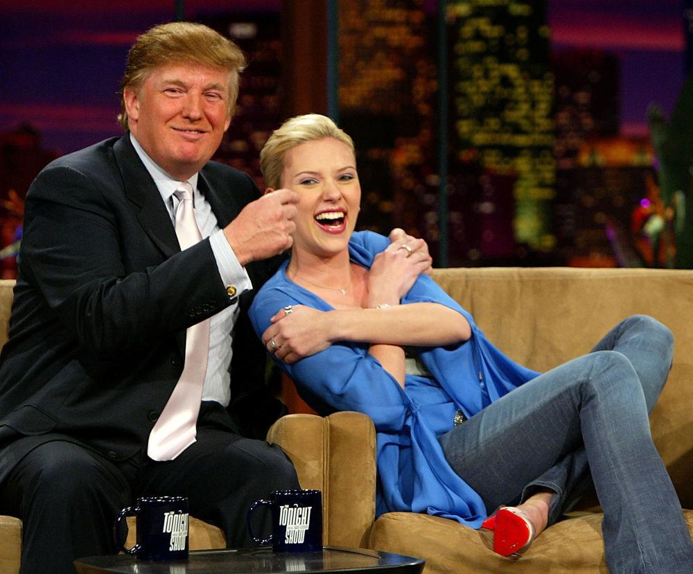 L'imprenditore Donald Trump e l'attrice Scarlett Johansson al The Tonight Show with Jay Leno, il 13 gennaio 2004, California