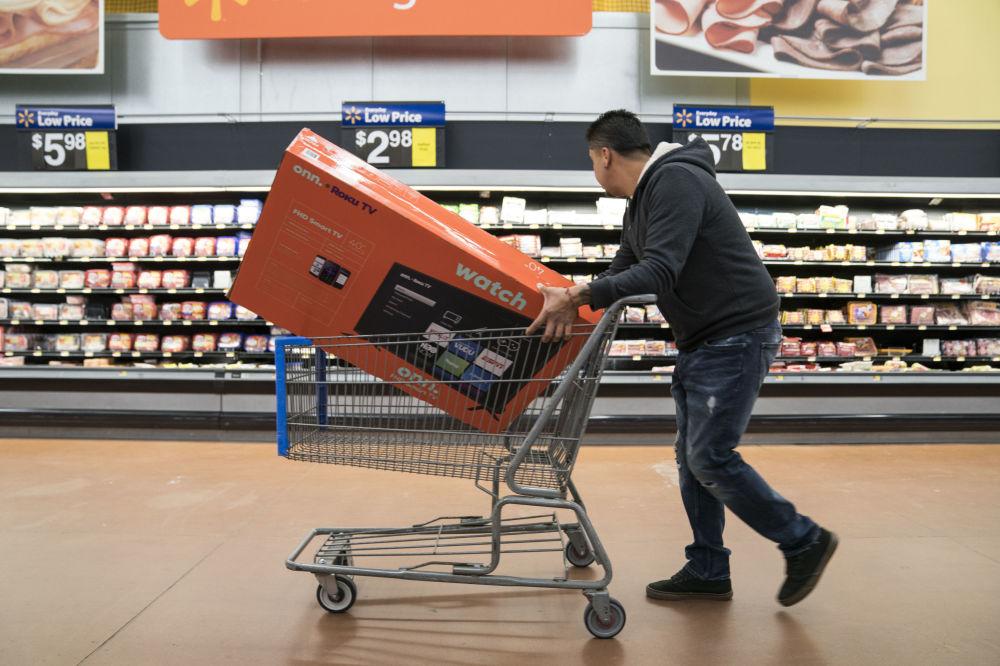 Un uomo corre a comprare un televisore a buon prezzo a Walmart, USA