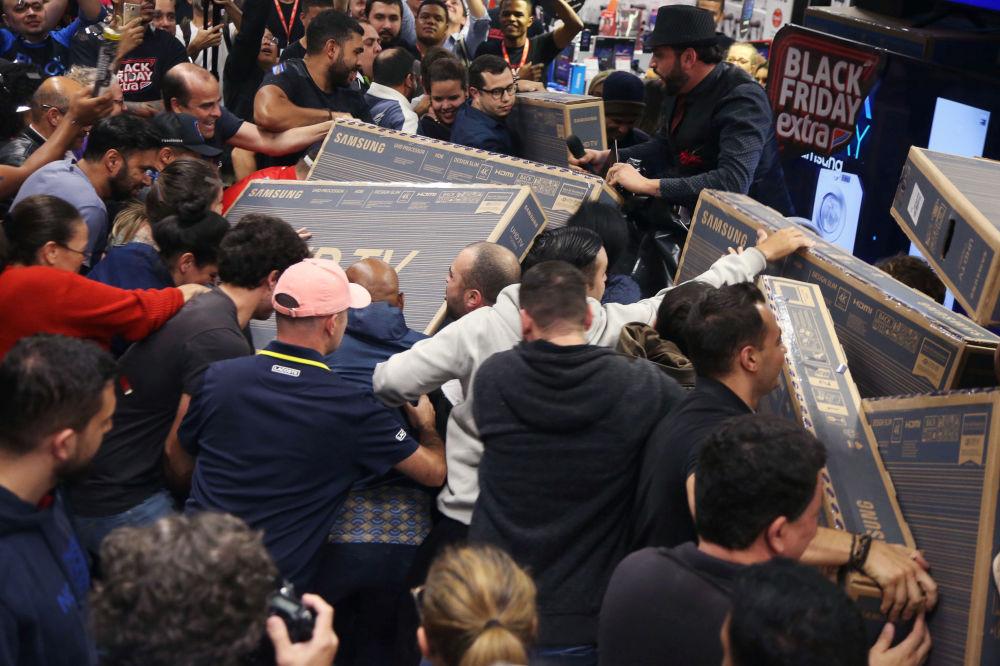 Una vera e propria lotta all'ultimo televisore tra i clienti di un negozio a Sao Paulo, Brasile