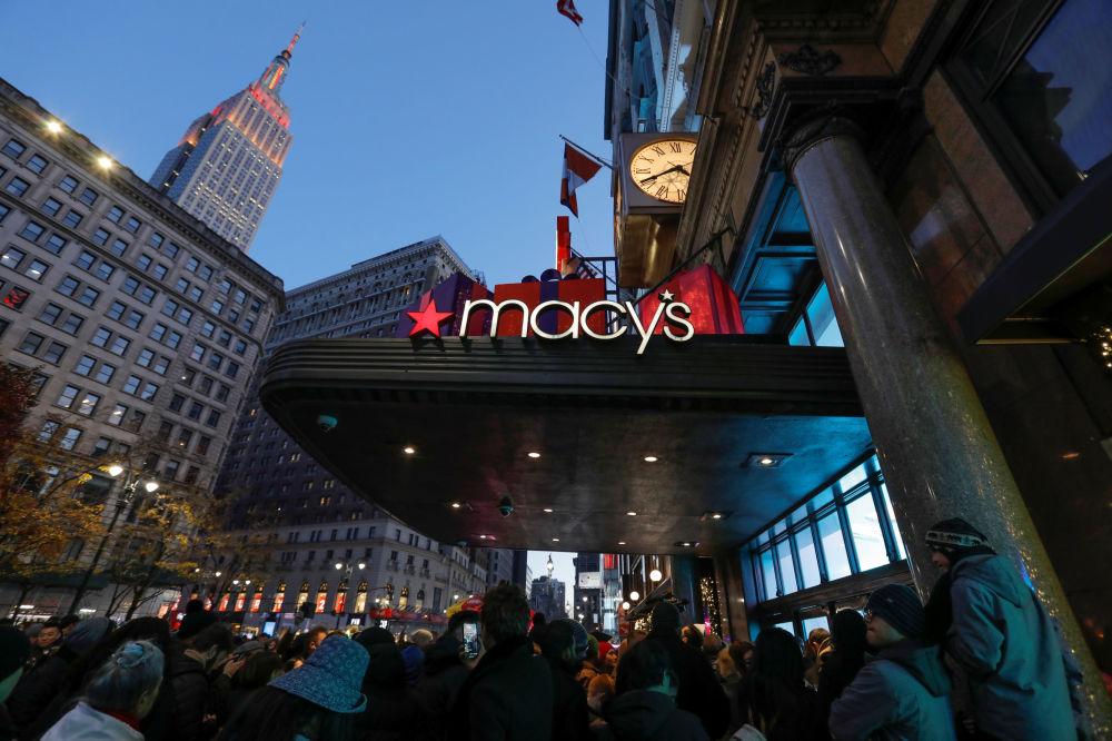 La folla aspetta l'apertura del negozio Macy's per il Black Friday, USA