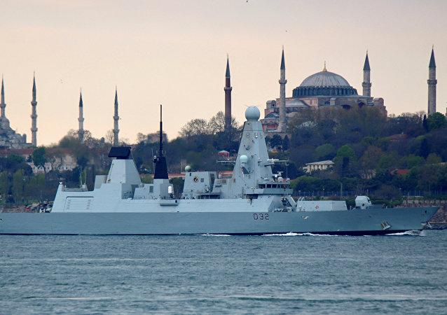 Nave militare nel Bosforo